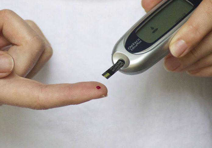 Pessoa medindo glicose no sangue - Foto: Tesa Robbins / Pixabay