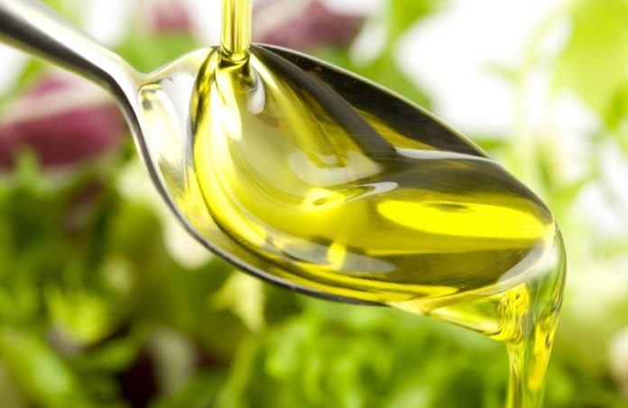 Foto: mercadomunicipaldecuritiba.com.br|Como escolher o óleo ideal? Foto: Cottonseed Oil / Flickr|||Comprar azeite de oliva extravirgem armazenado em recipientes escuro é sempre a melhor opção! Foto: revistaadega.uol.com.br