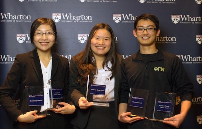 Jeanny Yao, Miranda Wang e Alexander Simafranca recebendo um dos prêmios pela Biocellection