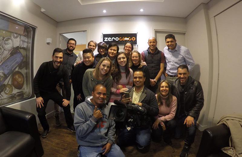 A equipe da Agência, de reportagem e a Dona Ivone ao centro/Foto: Agência Zero Cinco