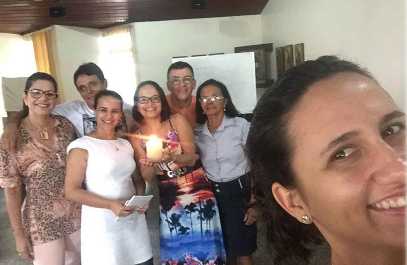 Fernanda Santana segurando a vela - Foto: arquivo pessoal