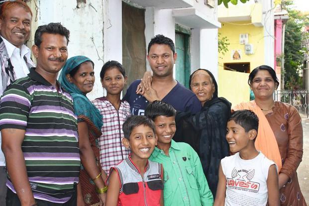 Saroo e sua família biológica - Foto: TheBetterIndia