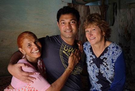 Saroo e suas mães - Foto: TheBetterIndia