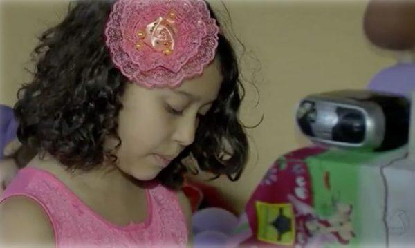 Stela lendo para crianças - Foto: reprodução / TV Morena / G1