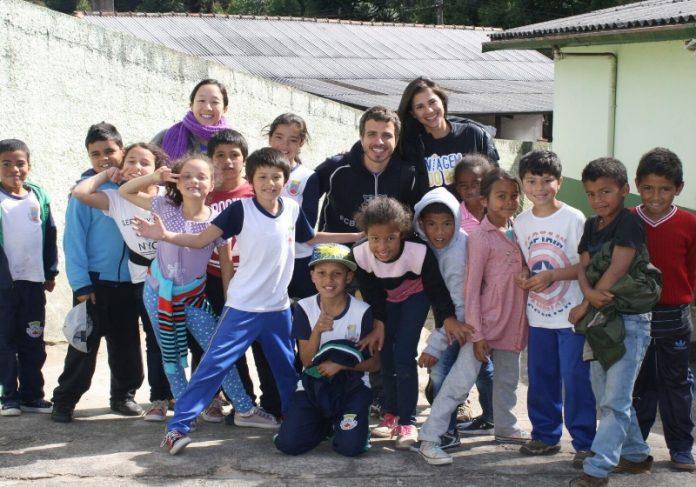 Crianças beneficiadas pela Viagem do Bem e Eduardo Pacífico