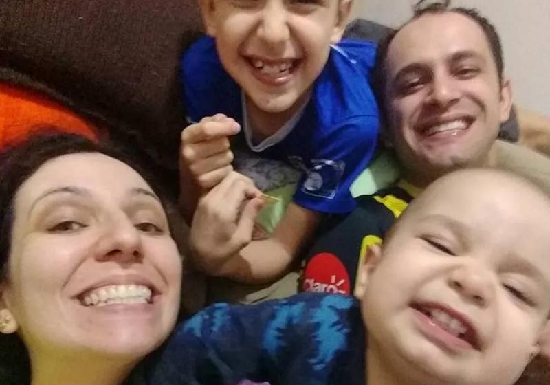 Daniela, o marido e os dois filhos: Gustavo e Gabriel, o caçula Foto: Reprodução Facebook