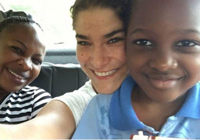Priscila Fantin com refugiados - Foto: reprodução / Instagram