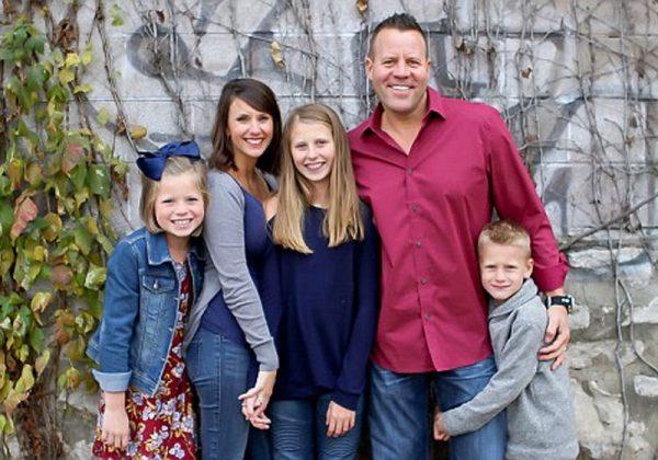 Emily ao centro com a família