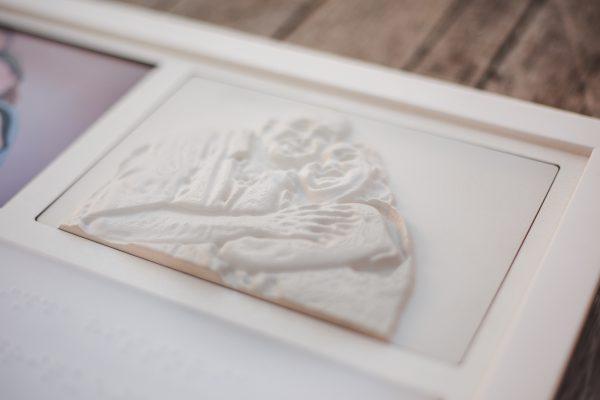 Detalhe da foto em alto relevo de Henriqueta e Cristiano - Foto: Nataly Motta