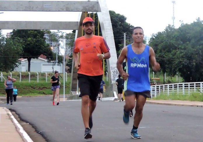 Wagner (de azul) e o treinador Rafael Santos - Foto: Marcos Lavezo/G1 Wagner Marques dos Santos - Foto: Marcos Lavezo/G1