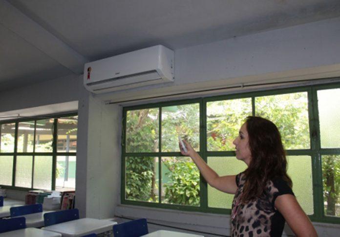 Diretora mostra ar-condicionado - Foto: Fernando Lopes / GES