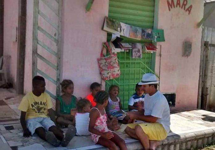 O professor dá aulas na calçada de casa Foto: Mara Lúcia de Paula|