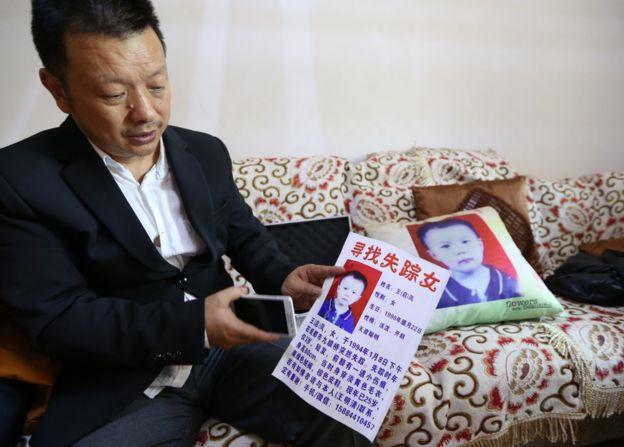 Pai mostra cartazes que distribuiu - Foto: CFP