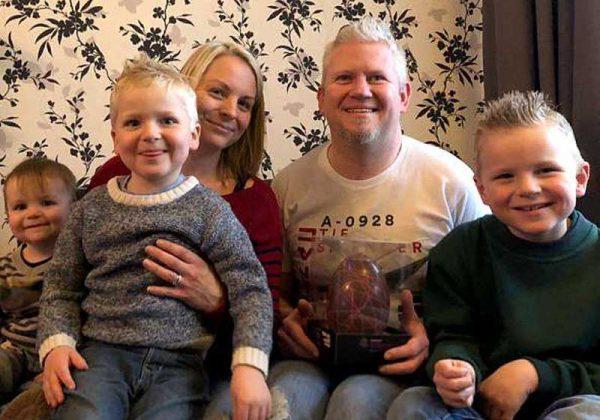 Dylan (centro), sua mãe Kerry, pai Mike e dois irmãos Logan (à esquerda) e Bryce (à direita).