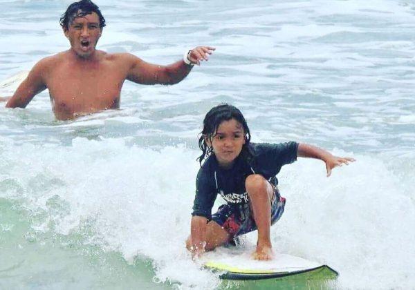 Heitor, de 5 anos, já surfa nas praias de Guarujá, SP Foto: Arquivo Pessoal