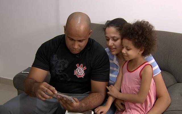 Kleiton e a família recebem o celular - Foto: reprodução / TV Anhanguera