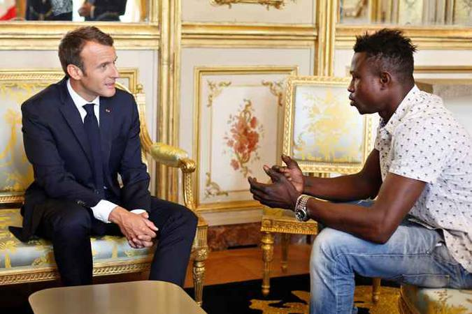 Emmanuel Macron agradece a Mamoudou Gassama - Foto: Thibault Camus/AFP