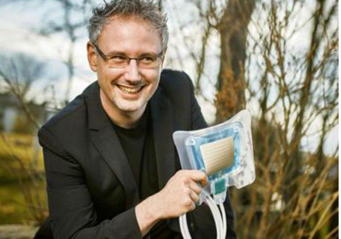 Carsten Mahrenholz e o adesivo de plasma/Foto: Divulgação
