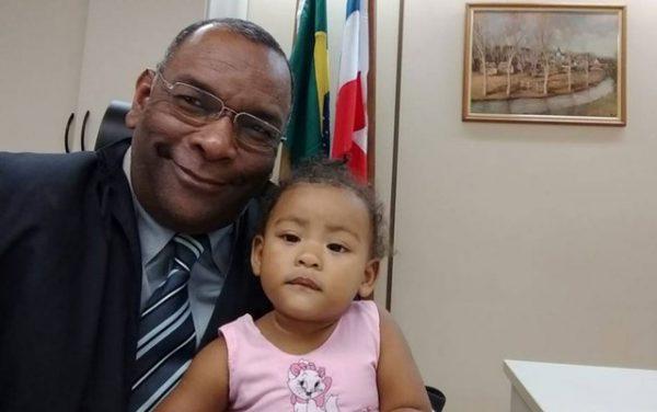 Juiz Agenor Calazans com a bebê - Foto: Divulgação / TRT-5