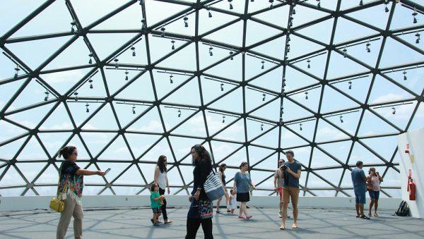 Turistas em uma das cúpulas da Torre de TV Digital - Foto: Francisco Nero/Jornal de Brasília