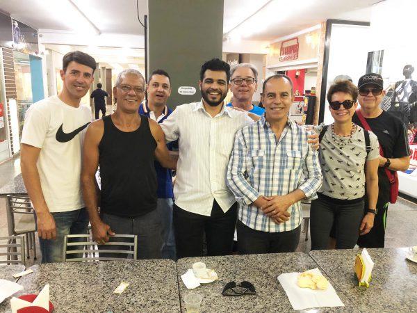 Elie com alguns dos antigos clientes - Foto: SNB