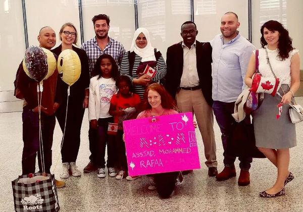 A família de refugiados recebendo boas vindas no Aeroporto Foto: Arquivo Pessoal