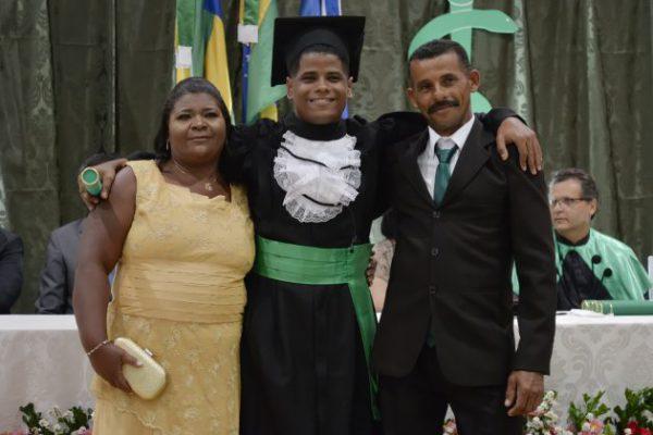João com os pais na formatura - Foto: SEED