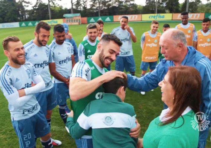 Nickollas com o time do Palmeiras - Foto: reprodução / TV Palmeiras|