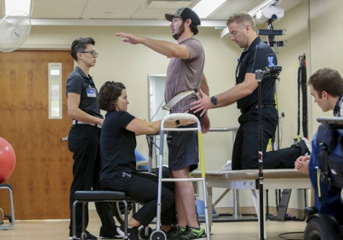 Jered Chinnock em pé na Mayo Clinic - Foto: Teresa Crowford/AP