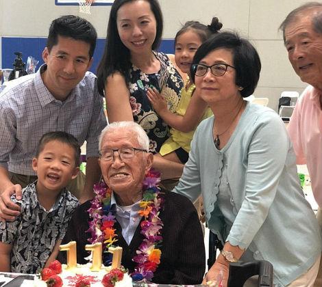 Tseng com a família comemorando 111 anos