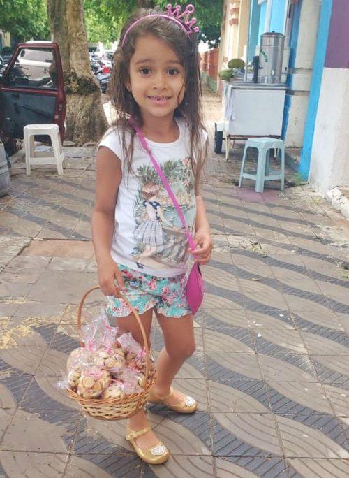 Ana Sofia com os biscoitos - Foto: arquivo pessoal