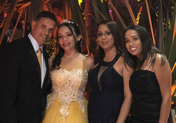 A debutante Bruna com os pais e a irmã Foto SNB