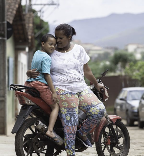 Paula, João Pedro na moto - Foto: reprodução / Raoni Maddalena