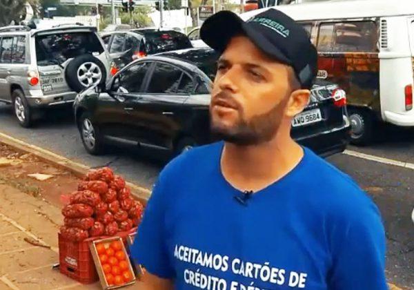 Diego vende frutas na rua - Foto: reprodução / TVE
