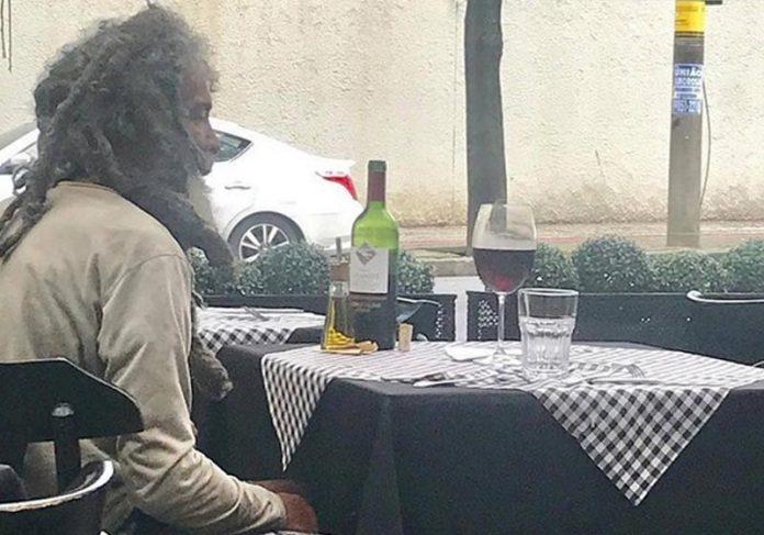 Catador no restaurante Benvindo - Foto: Daniela Zapata/Instagram|