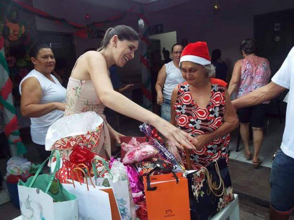 Dona Marlene e seus presentes - Foto: Facebook / Stelita