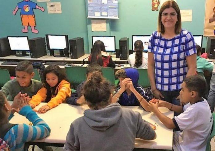 A professora que desenvolve o projeto junto com alunos de uma escola pública Foto: Reprodução