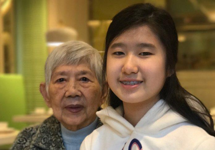 Emma e a avó - Foto: reprodução / Facebook