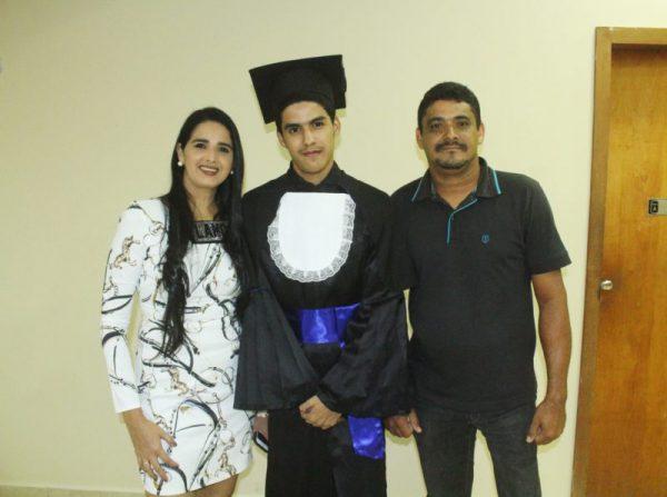 Ivi com os pais - Foto: Ascom/FAAO