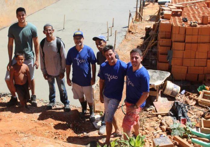 Foto: Carlos Dias/G1|O professor e alguns alunos com a família Foto: Arquivo Pessoal|
