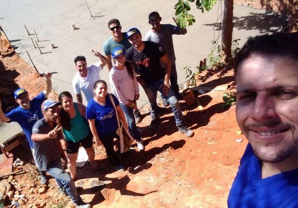 O professor e alguns alunos com a família Foto: Arquivo Pessoal