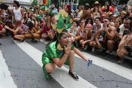 Foliões e músicos se abaixam para ajudar - Foto: Márcia Folleto / Agencia OGlobo