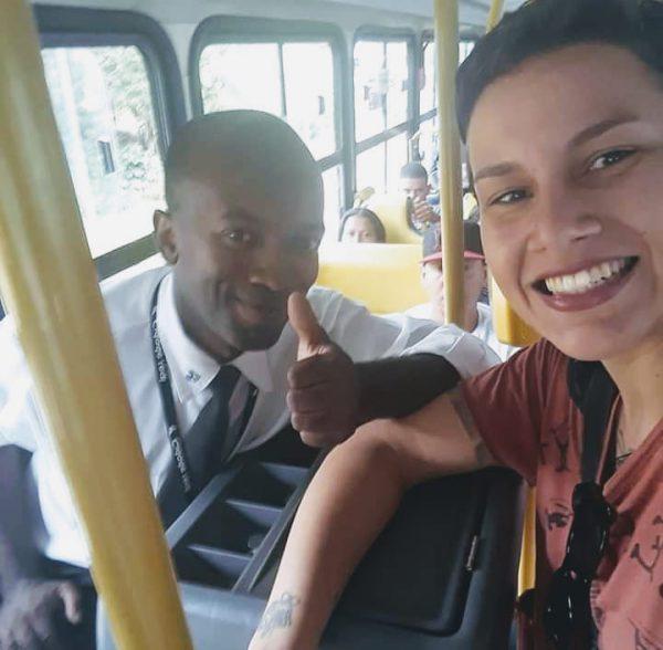 Edmilson e Bárbara no ônibus - Foto: reprodução Facebook