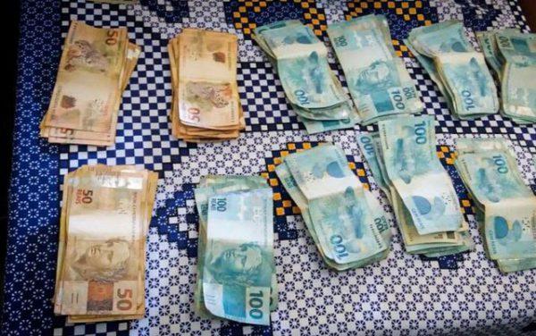 Dinheiro entregue à polícia - Foto: Reprodução/TV Anhanguera