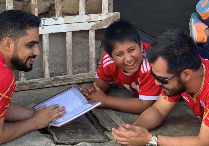 Bahrein (esq) conversa com Víctor deitado no chão - Foto: Reprodução/Facebook/Prefeitura de Moche  