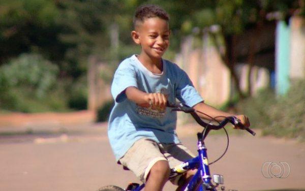 Fabrício, feliz da vida na bike nova - Foto: reprodução / TV Anhanguera