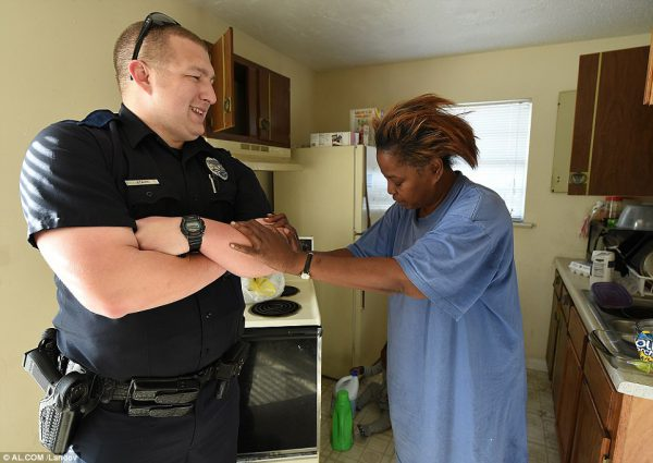 O policial e a avó - Foto: Al.com/landov