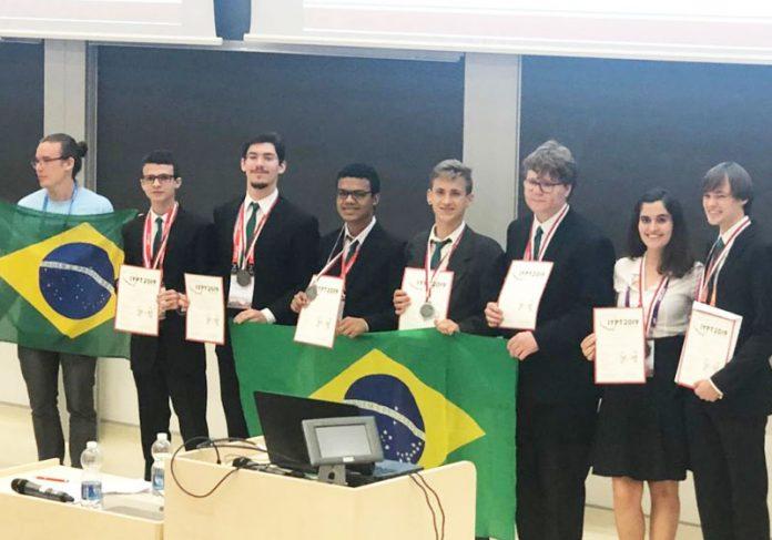 Equipe brasileira na competição - Foto: divulgação/Colégio Arena