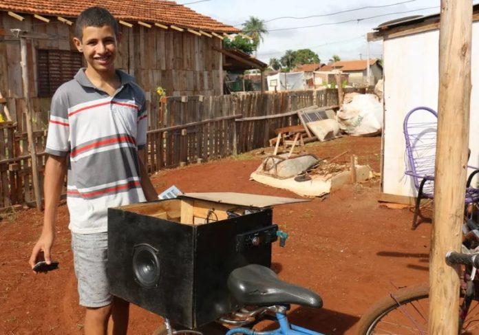 Foto: Site Região News Foto: Site Região News Placas fotovoltaica responsável por carregar baterias e gerar energia em barracos