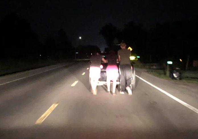 Jovens empurrando o carro - Foto: Dan Morrison 